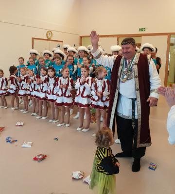 Vorschaubild zur Meldung: Karnevalsverein besucht Kinder und Senioren