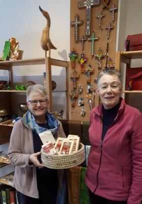 Rosemarie Lücker (r.) und Thersia Knieke (l.) mit Rooibos-Tee-Produkten