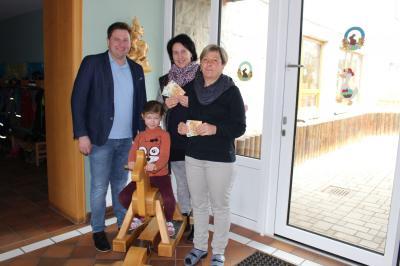 Foto zur Meldung: Willkommene Spenden von Bürgermeister Andreas Eckl