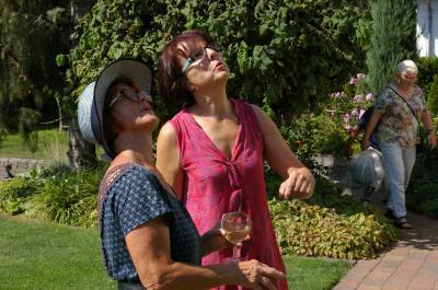Christiane Siebert (links) und Ines Lehmann verbindet die große Leidenbschaft für alles, was grünt und blüht. Das Foto entstand im Garten von Christiane und Winni Siebert in Wittstock. Foto: Große