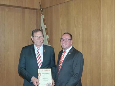 Vereinsurkunde in Gold für Manfred Mazen (2. Vorsitzender a.D., links)