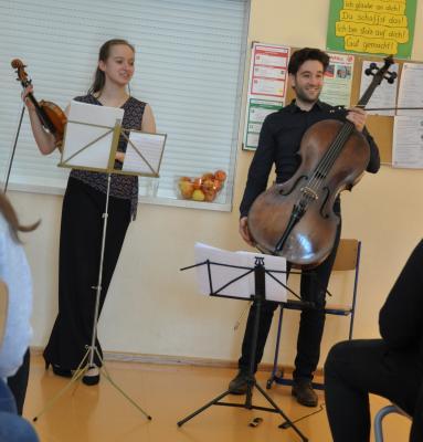 Die Musiker erklären und präsentieren ihre Instrumente.