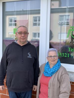 Der Vorsitzende des Behindertenverbandes Osthavelland e. V., Bodo Jannasch mit seiner Ehefrau Ilona vor dem Verbandsbüro in der Ketziner Straße 5.