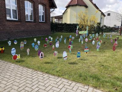 Die Osterwiese füllt sich dank vieler fleißiger Osterhäschen - Stand 3. April. (Fotos: Mettner)