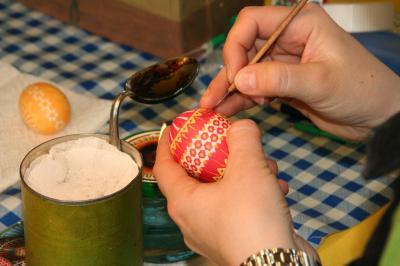 Foto zu Meldung: Verzieren sorbischer Ostereier für Jedermann