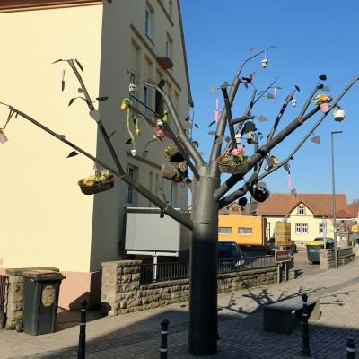 """Vorschaubild zur Meldung: """"Lebensthemenbaum"""" zum Osterfest geschmückt"""