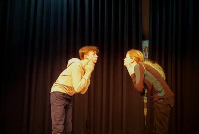 Spiegelübung während des Schauspielunterrichts im Theater Zielitz