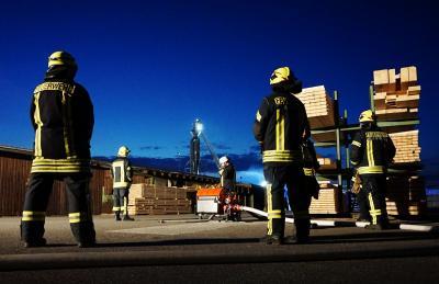 Foto zur Meldung: Feuerwehren im Sägewerk Ruser im Einsatz
