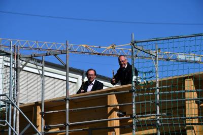 Manuel Meger (li.) und Carsten Zieris auf dem Dach des neuen Multifunktionsgebäudes.