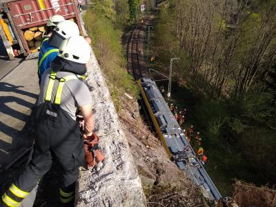 LKW-Unfall auf der Bundesstraße 31 - Mauersteine fliegen auf Bahngleis und stoppen Zug - Foto: Joachim Hahne / johapress