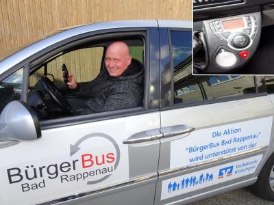 Axel Jänichen zeigt per Smartphone-Kamera die Fahrzeug-Bedienung (rechts oben das übertragene Bild)