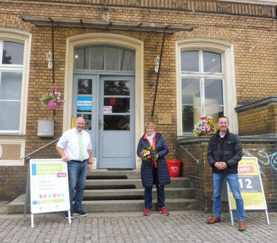 VBB-Tickets im Bahnhof Brück erhältlich: regiobus-Geschäftsführer Hans-Jürgen Hennig (l.), Geschäftsinhaberin Frau Felgenträger (m.) und Amtsdirektor Marko Köhler (r.)