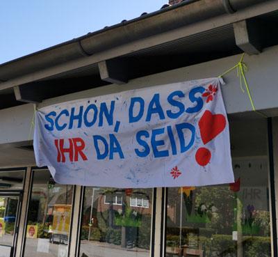 Mit einem Plakat heißt die Grundschule Tangstedt die ersten Schülerinnen und Schüler (wieder) willkommen