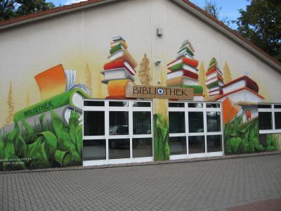 Lebendige Seitenfassade der Bibliothek