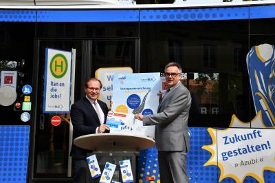 Bürgermeister Meger und Havelbus-Geschäftsführer Köhler unterzeichneten am Dienstag den Vertrag.