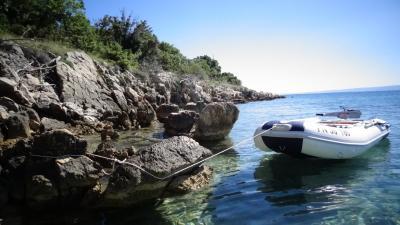 Auch mit dem Schlauchboot mit Elektromotor lässt sich in Kroatien viel erkunden - Foto: Joachim Hahne / johapress