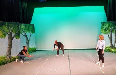 Die Bühne im Theater Zielitz wird für die Proben vorbereitet