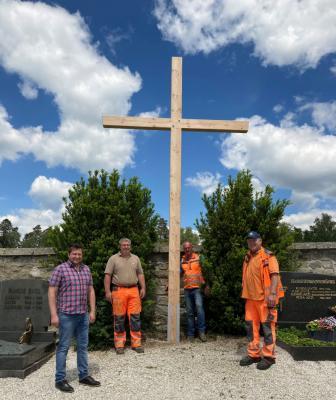 Foto zu Meldung: Ein neues Kreuz für den gemeindlichen Friedhof Moosbach