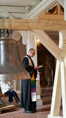 "Pfr. Exner an der Glocke ""Glaube"""