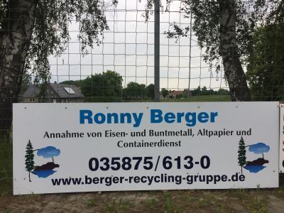 Foto zur Meldung: Neue Bandenwerbung am Sportplatz