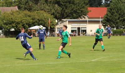 Auch in der neuen Saison stehen die Derbys zwischen Tutow ( blaue Trikots ) und dem Demminer SV 91 ( grüne Trikots ) in der Kreisoberliga an