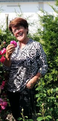 Gastgeberin Christel Grünke zeigte ihre Blütenschätze. Fotos: Kirsten Große, Kurt Friedl