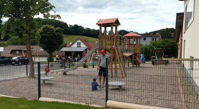 Vorschaubild zur Meldung: Kinder nehmen neuen Spielplatz in Beschlag