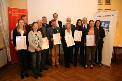Die Gewinner des Wirtschaftsförderpreises 2019 posieren im Schloss Ribbeck für ein gemeinsames Foto