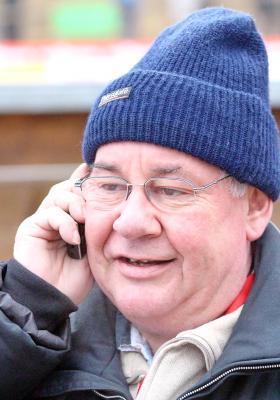 Hans-Georg Schmidt freut sich im Jahr 2013 am Telefon über das erste Weltcup-Skispringen im Schwarzwald - Foto: Joachim Hahne