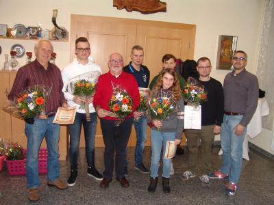 Rudolf Olbrich, Jan Förster, Adelbert Neuling, Marco Grigat, Daniela Washausen, Pascal Köpnick und Jonas Piep (v.l.n.r.) werden vom Vereinschef Thomas Mann geehrt