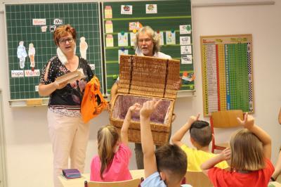 Bibliotheks-Chefin Steffi Clemens und Bürgermeister Werner Suchner überbrachten die Gutscheine sowie einige Süßigkeiten an die drei ersten Klassen. Foto: Stadt Calau / Jan Hornhauer