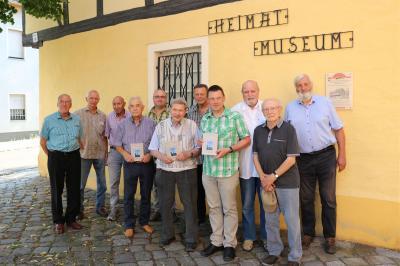 Gemeinsames Gruppenfoto der Autoren und Herausgeber des Calauer Heimatkalenders 2021. Foto: Stadt Calau / Jan Hornhauer