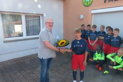 Foto zur Meldung: D 2 -Junioren mit neuem Trikotsatz von der Linden - Apotheke