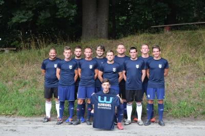 Foto zur Meldung: Neue Aufwärmhemden für Männerfußballer