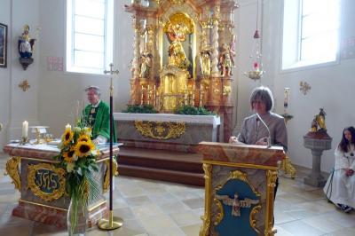 Foto zur Meldung: Die Pfarreiengemeinschaft bedankte sich bei Pfarrvikar Ludwig Matzeder für die Urlaubsvertretung