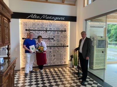 """Foto: Unser Bild zeigt Sven und Kerstin Gädecke sowie Bürgermeister Heiko Müller in der """"Alten Metzgerei"""", die in diesem Jahr neu eröffnet wurde."""
