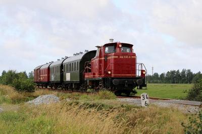260 555 vor dem historischen Zug auf der Küstenbahn.