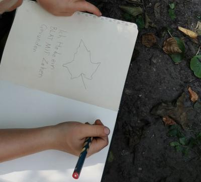 Fleißig werden im Draußenschultagebuch alle Entdeckungen festgehalten, schließlich hat man gerade kurz zuvor in der 1.Klasse das Lesen und Schreiben gelernt