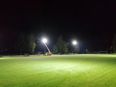 Bild der Meldung: Installation einer neuen Flutlichtanlage