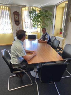 BM Florian Fallenbüchel im Gespräch mit Polizeihauptkommissarin Ulrike Kast