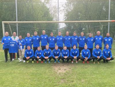 Foto zur Meldung: Inhaber vom Bistro 2000 in Brome sponsert neue Trainingsanzüge für Fußballer des TSV 1919 Kusey