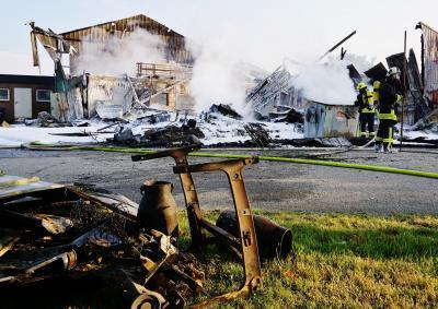 Foto zur Meldung: Feuer in Kalübbe: 130 Kräfte bei Scheunenbrand im Einsatz