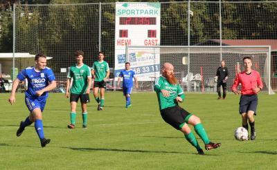 Mit dem 1:0 Führungstreffer leitete Paul Bebenroth ( grünes Trikot ) den Demminer Erfolg in Penzlin ein