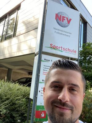 Bild der Meldung: Denis Schymiczek freut sich über Trainerlizenz