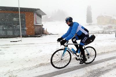 Ein Radfahrer überquert den Feldbergpaß mit dem Fahrrad - Foto: Joachim Hahne / johapress