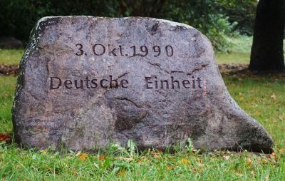 Foto zur Meldung: Vor 30 Jahren: Ein Stein zum Tag der Deutschen Einheit