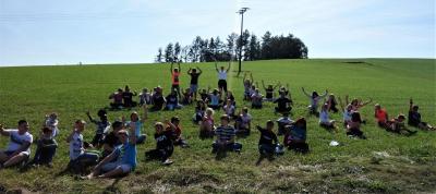Die Klassen 5b und 6b auf ihrer Erkundung der Hutthurmer Landschaft