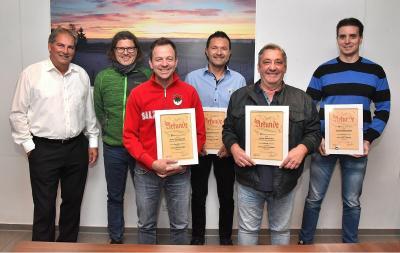 SF-Vorsitzender Holger Kreidler (links) zeichnet verdiente langjährige Mitglieder aus (von links): Dirk Wössner, Timo Ganszki (daneben), Sascha Thurau, Josef Reitz und Benjamin Maier.Foto: Maier Foto: Schwarzwälder Bote