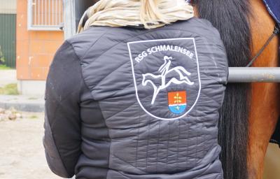 Foto zur Meldung: Der Winter kann kommen – Neue Jacken für die Reitsportgemeinschaft Schmalensee