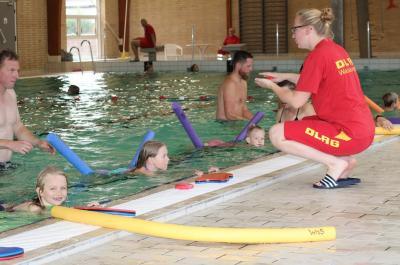 Vorschaubild zur Meldung: Schwimmen lernen mit den Eltern